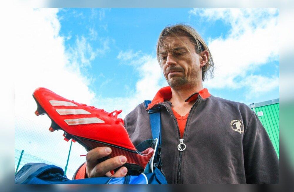 Sergei Pareiko näitab uusi jalgpallijalatseid