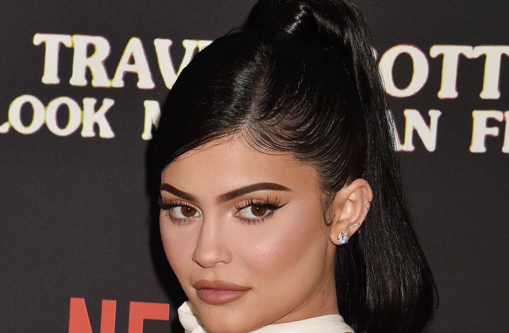 Jätkates peretraditsiooni: Kardashianite klanni pesamuna Kylie Jenner heitis Playboy ajakirja jaoks riided seljast