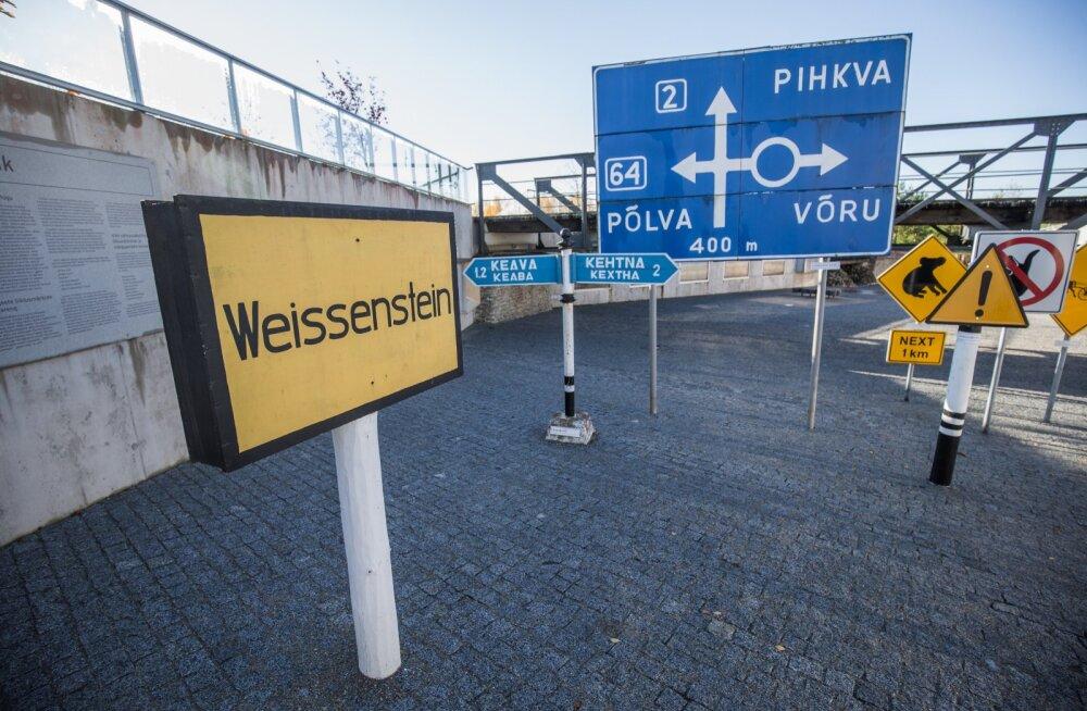 Maanteemuuseumis on juba hulgi silte ning teetähiseid, mille keskel kuraator Paavo Kroon. Haldusreform toob tubli lisa, loodatakse kaduvate valdade siltidele mõeldes.