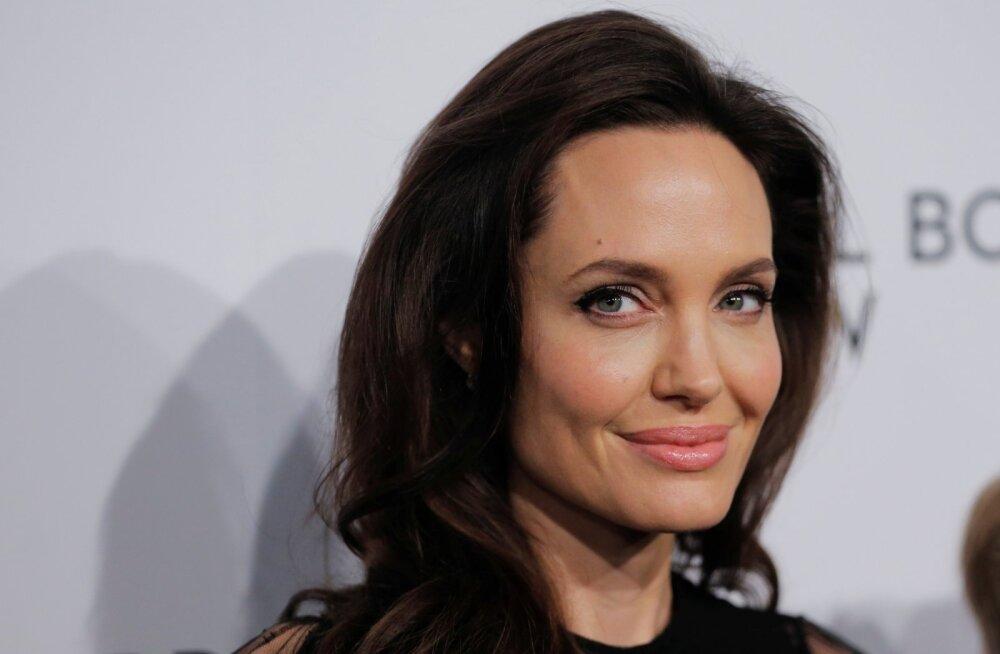 Уже третья: Еще одна дочь Анджелины Джоли начала одеваться как мальчик