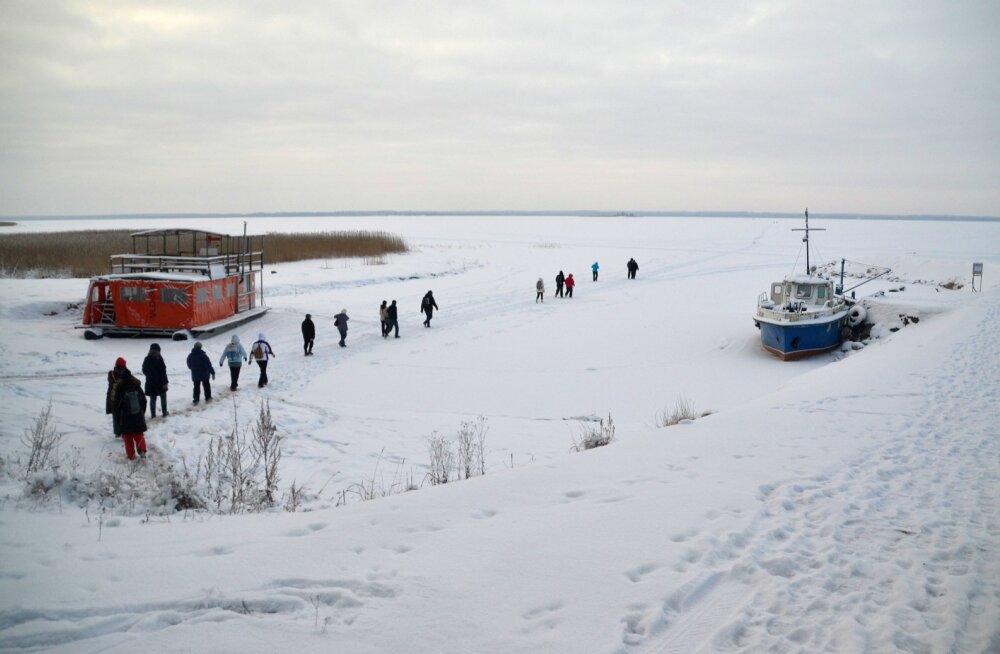 Looduse Omnibussi matkajad astuvad julgelt jääle. Pakane on teinud selle üle 10 sentimeetri paksuseks – matkajate rõõmuks, kalade kurvastuseks.