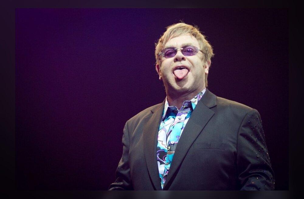 FOTOD: Elton John välgutas oma tagumisi padjakesi!