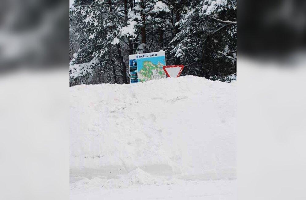 Eriolukord Vääna-Jõesuu poe juures: lumevall on juba liiklusmärki varjutamas. (foto: Ülo Russak)