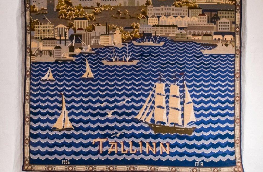 """Mari Adamsoni villasel seinavaibal """"Tallinn"""" (1956) võib ajastut aimata üksnes Pika Hermanni tipus lehvivast punalipust."""