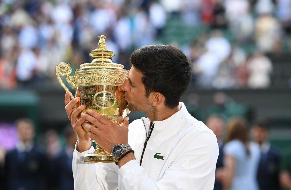 Novak Djokovic ihaldatud trofeega