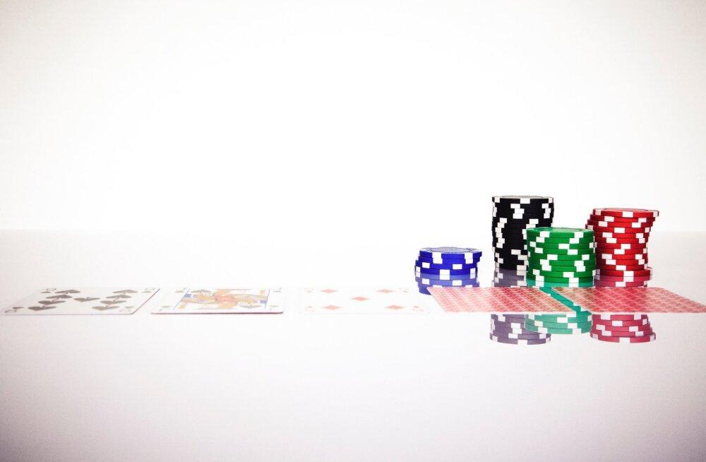 Alguses mängiti pokkerit Ameerikas pakiga, kus oli vaid 20 kaarti. Euroopas kasutatavate kaartidega segunedes arenes mäng selliseks, nagu me teda praegu teame.