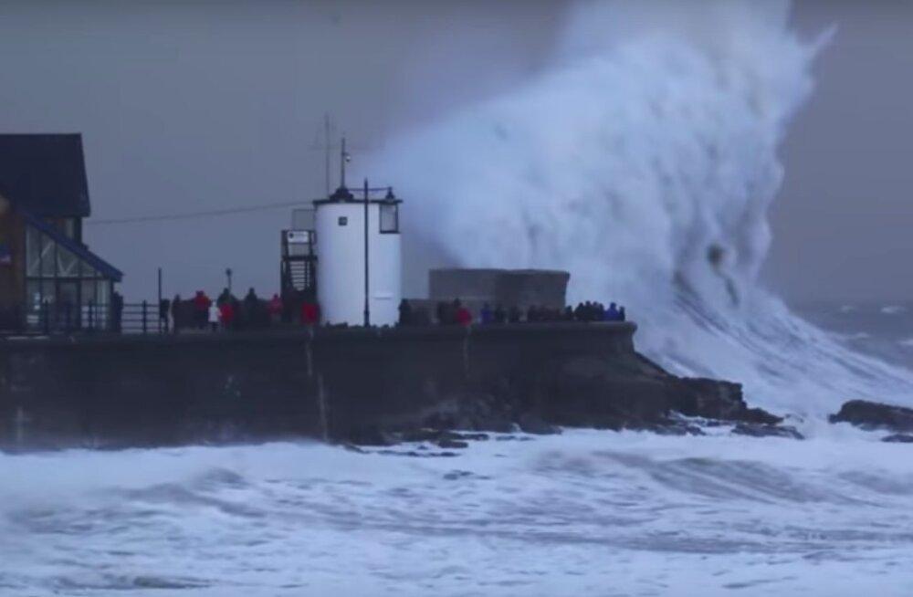 HÄVITAVAD LAINED   Vaata, kes võidab ookeani ja inimese jõukatsumise!