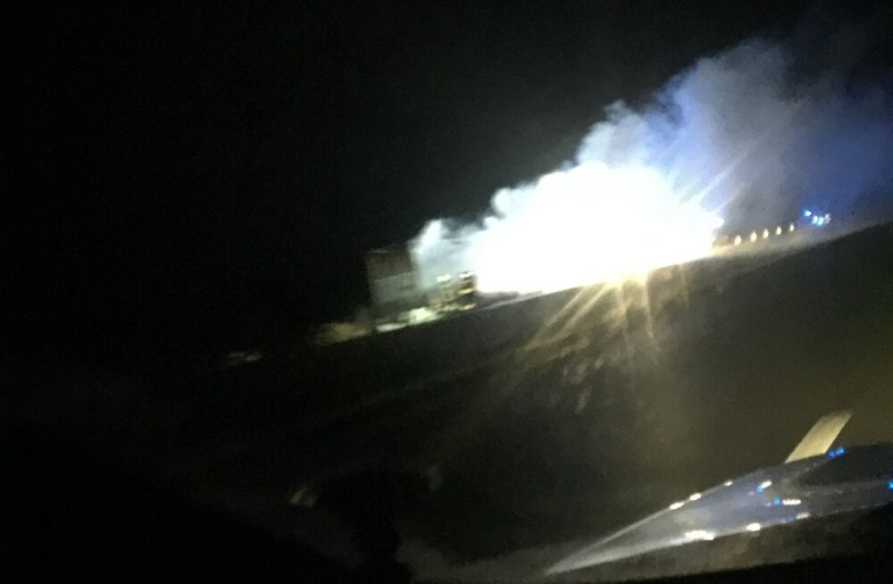 ФОТО и ВИДЕО: На шоссе Таллинн-Тарту горел прицеп грузовика с мини-пылесосами