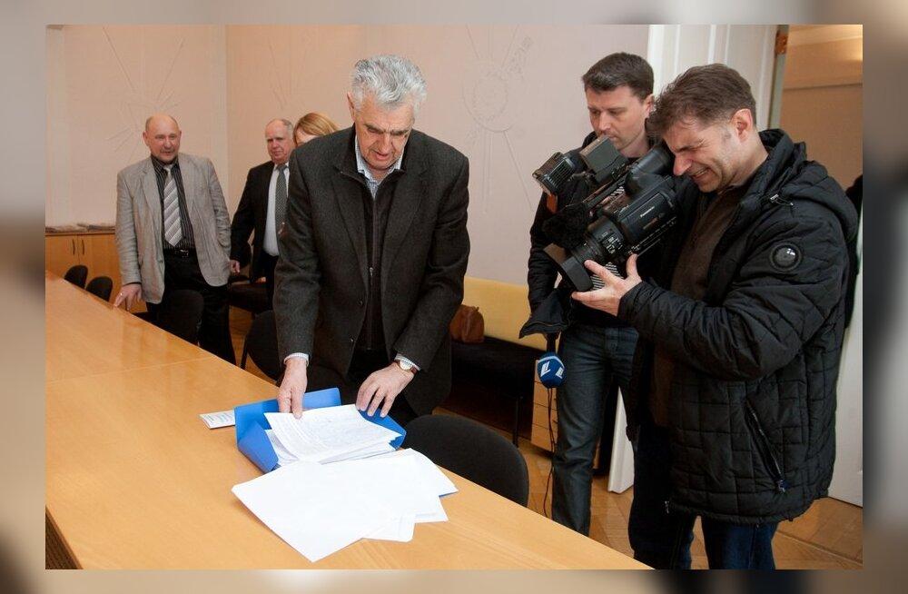 ФОТО: Собранные против монополистов в сфере отопления и водоснабжения подписи передали Яне Тоом