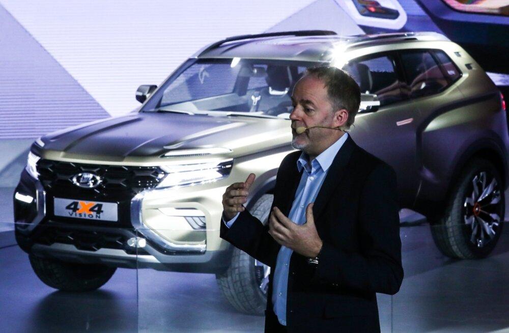 AvtoVAZi peadisainer Steve Mattin Moskva autonäitusel Lada 4x4 Visioni maasturi ideeautot tutvustamas.