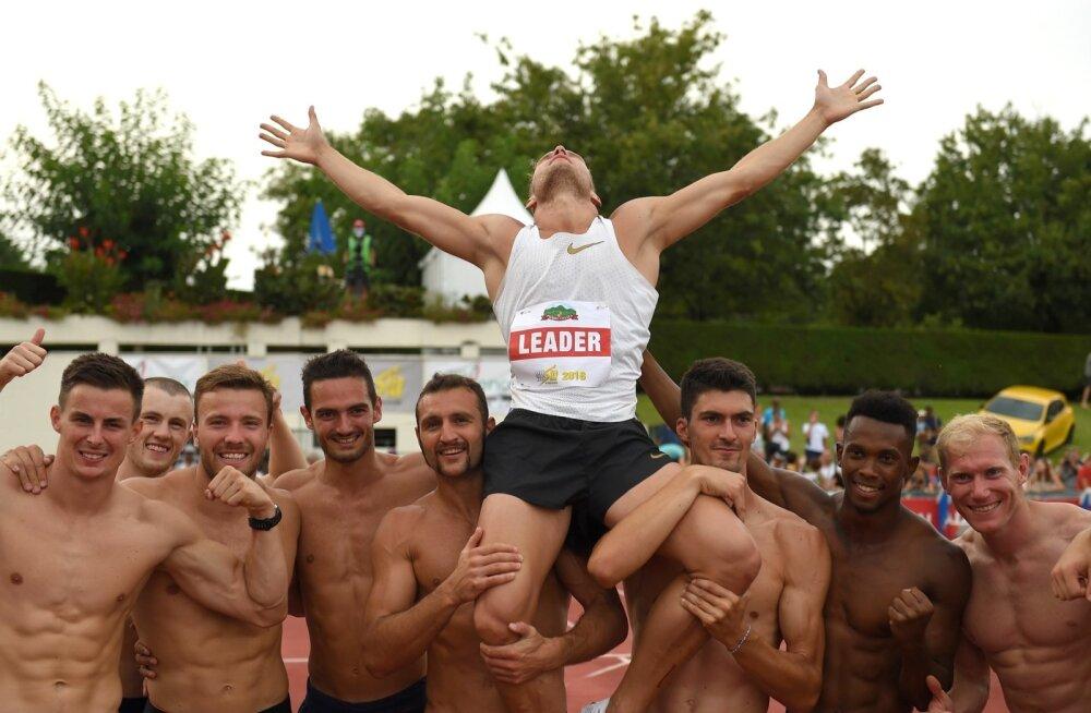 Võistluskaaslased on võtnud Talence'is triumfeerinud Kevin Mayeri õlgadele – prantslane on nüüdsest maailmarekordimees.
