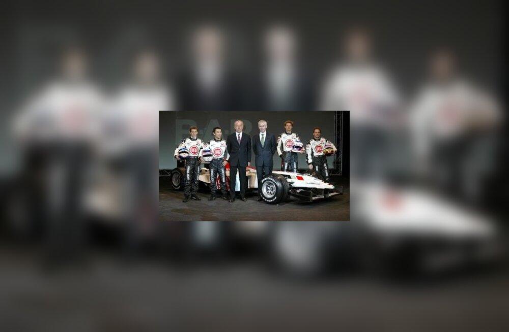 Vasakult: testipilootid Anthony Davidson ja Takuma Sato, meeskonnajuht David Richards, peakonstruktor Geoffrey Willis ja põhipiloodid Jenson Button ning Jacques Villeneuve