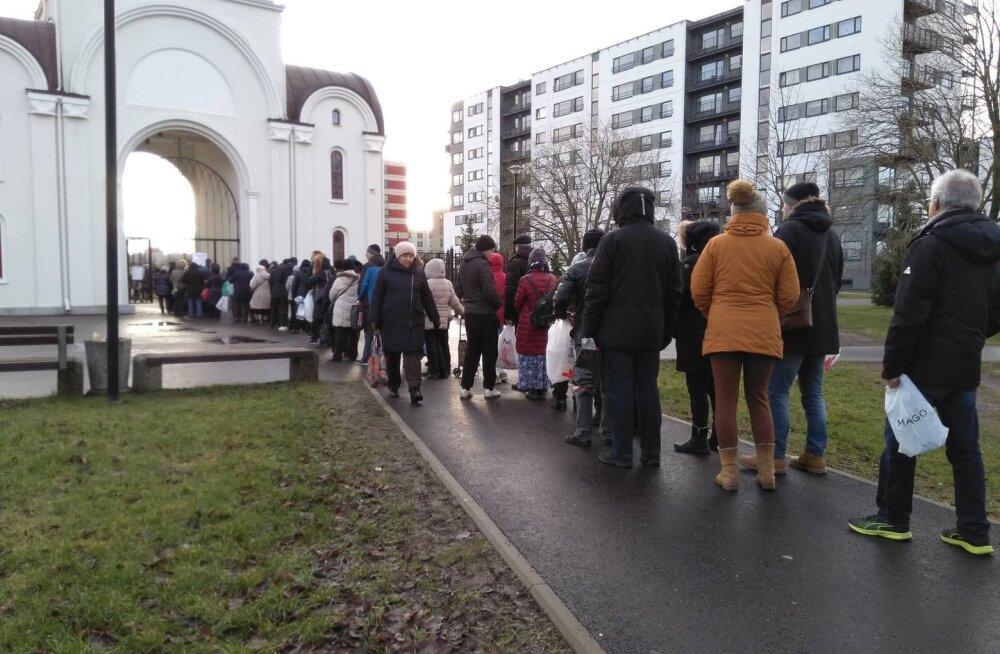 ФОТО: У церкви в Ласнамяэ выстроилась длинная очередь за крещенской водой