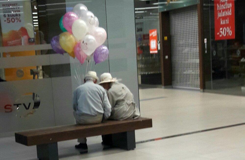 ФОТО читателя Delfi   Как трогательно смотрится с воздушными шариками пара, которая отмечает 60-летие совместной жизни