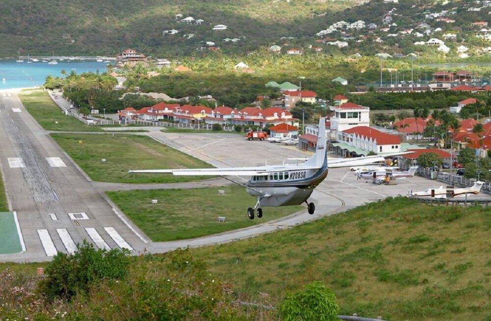 ВИДЕО: Турист чуть не лишился головы, фотографируя садящийся самолет
