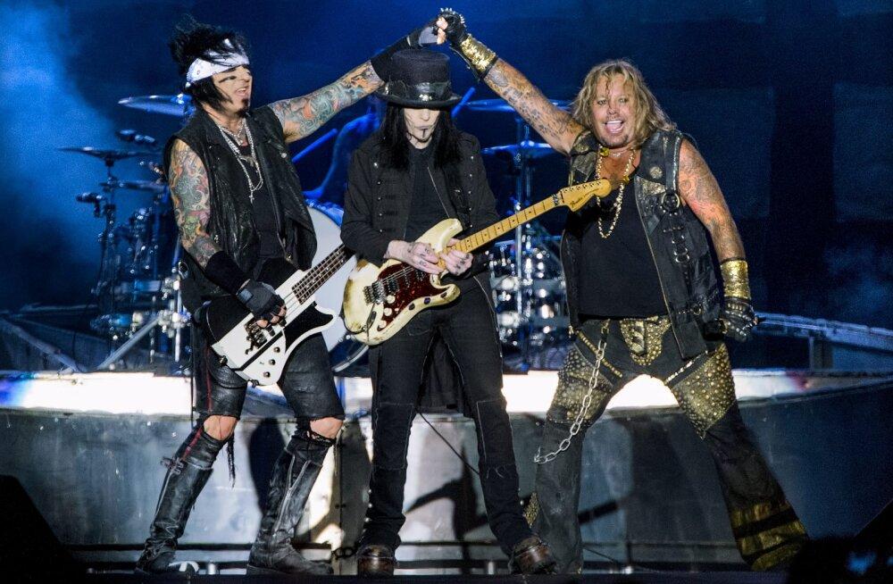 """VIDEO   <span style=""""font-style: italic;"""">Metalheadid,</span> hõisake! Suure tüliga lahku läinud Mötley Crüe teatas taasühinemisest skandaalsele bändile omasel viisil"""