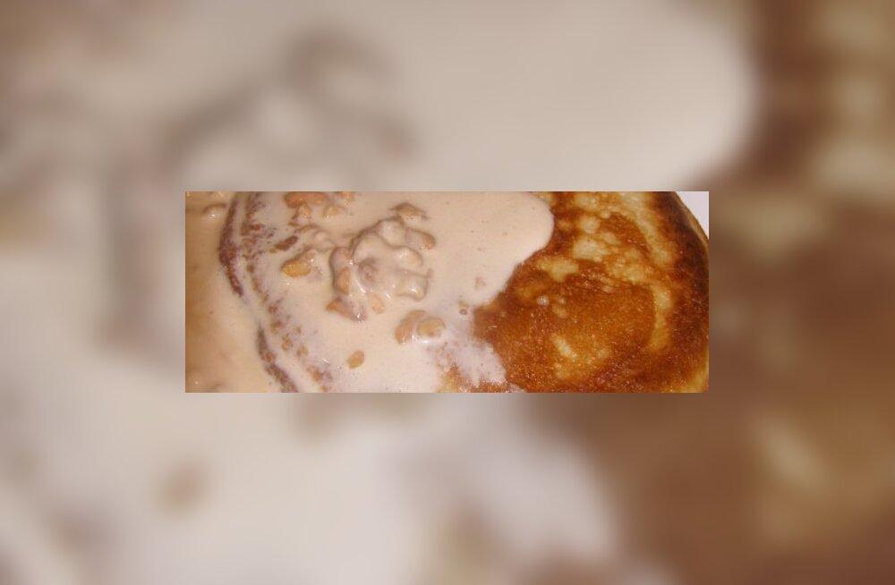 Kardemonised pärmipannkoogid maapähklise vahukreemiga