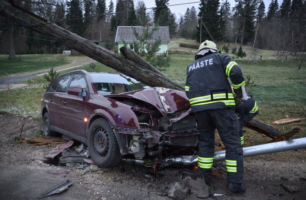 Viljandimaal sõideti puruks tänavavalgustuspost ja elektripost