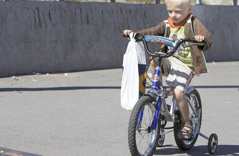 Kumbaga see laps siis nüüd sõidab, rattaga või ratasega?