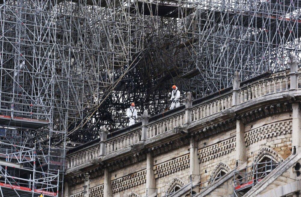Prantsuse politseieksperdid alustasid põlenud Jumalaema kiriku uurimist