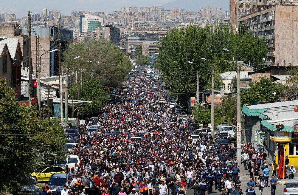 FOTOD | Armeenia meeleavaldajad blokeerisid tee Jerevani kesklinnast lennujaama