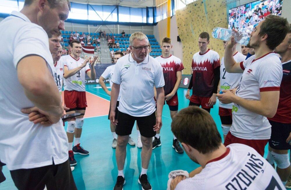 Avo Keel utsitab Läti koondislasi, tema selja taga kuulab juttu ka Edgars Šimanskis.