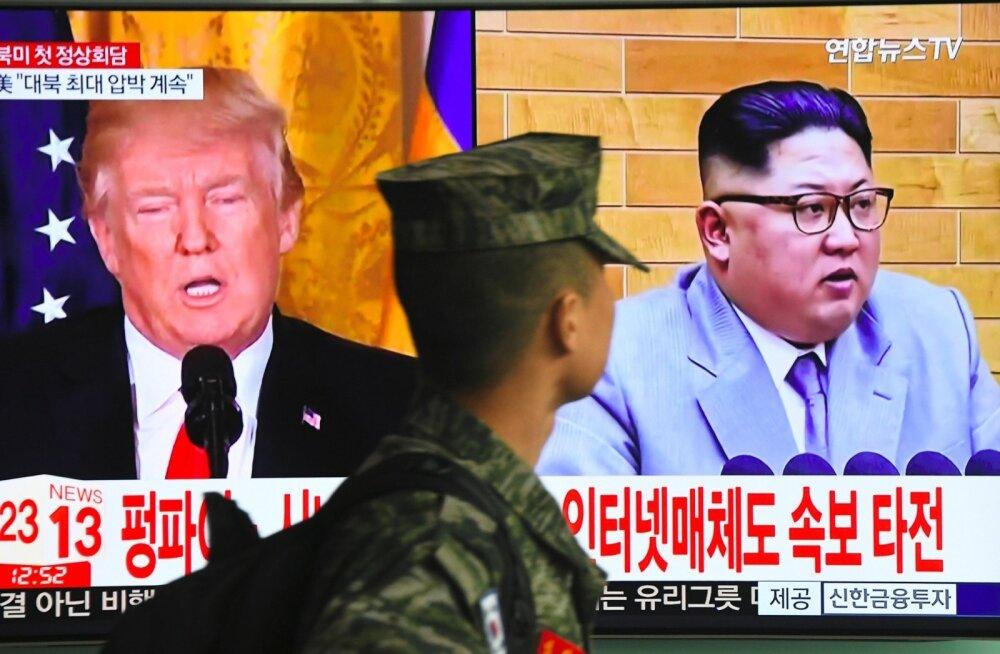 Lõuna-Korea sõdur pealinnas Soulis, taamal teler, milles parasjagu jookseb uudis USA riigipea Donald Trumpi ja Põhja-Korea liidri Kim Jong-uni kohtumisest.
