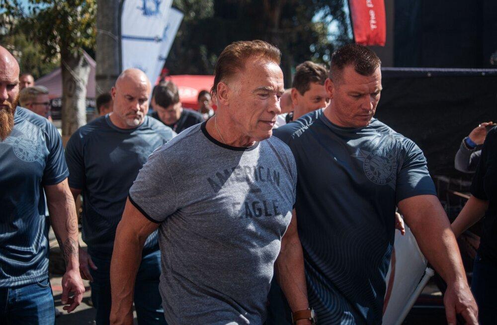 VIDEO | Šokeeriv intsident Lõuna-Aafrikast: hullunud inimene ründas 71-aastast Arnold Schwarzeneggerit selja tagant tugeva jalalöögiga