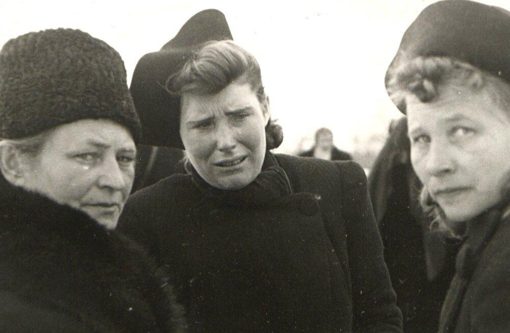 Leinajad aastal 1942. Maetakse 8 juulil Tartu vanglas hukatuid. Esmalt olid kõik maetud suurde ühishauda.