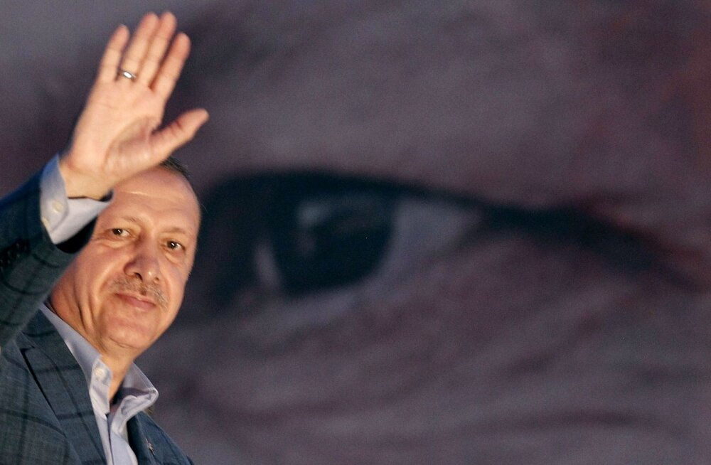 Türgi vallandas veel 10 000 riigiteenistujat ja sulges 15 meediaväljaannet