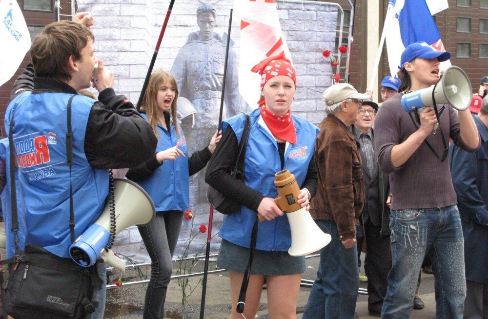Kremli- meelse noorteorganisatsiooni Molodaja Gvardija aktivistid tõid 2007. aasta kevadel Eesti saatkonna juurde Moskvas elusuuruse pronksmehe plakati ning karjusid ruuporisse oma loosungeid.