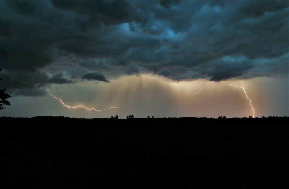 ФОТО и ВИДЕО читателя Delfi: На страну надвигаются дожди и грозы — в Пярну уже началось