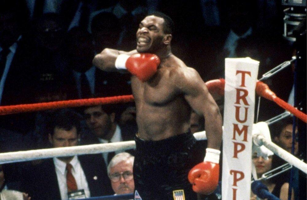 Legendaarne Mike Tyson poksiringis vastast hirmutamas.