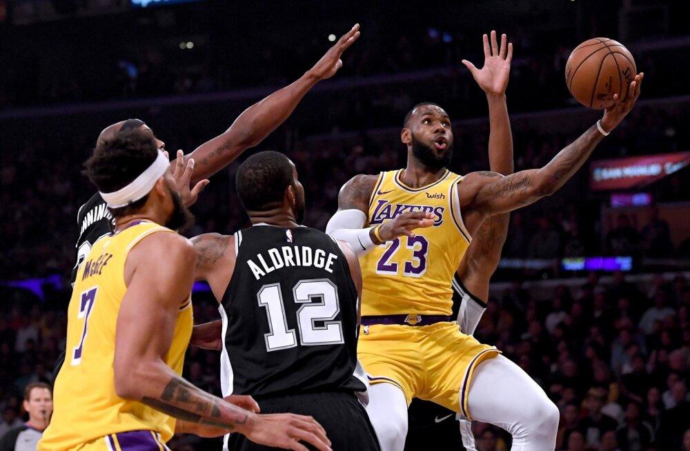 VIDEO | Lakersi õnnetu seeria jätkus: LeBron viis küll superviskega mängu lisaajale, kuid kolmandast kaotusest polnud pääsu