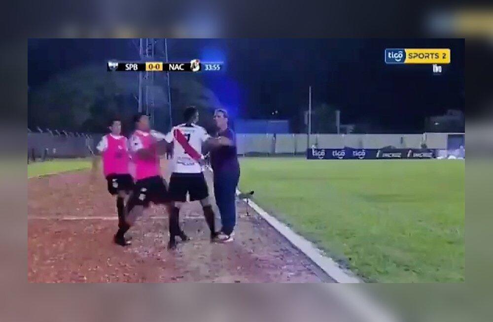 Boliivia jalgpalli kõrgliigas läks mängija treenerile kallale
