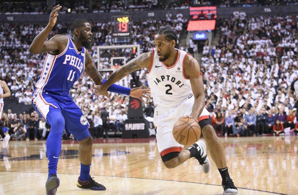 Kawhi Leonard veab Toronto Raptorsi meeskonda