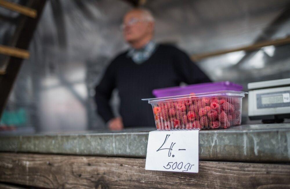 Aia talu peremees Vaino Vuks tõdes, et vaarikasaak on väike ja hind seetõttu mullusest kõrgem.