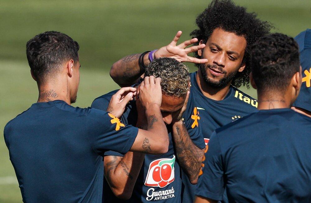 Neymar Brasiilia koondislaste keskel