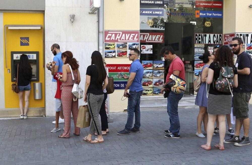 Kreeklased võtavad pangaautomaadist raha välja