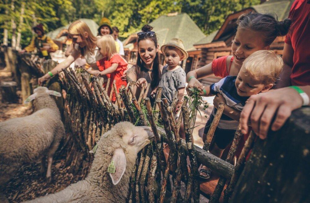 Tērvete muinasjutumaa külastajate teed ristuvad Läti näitekirjaniku Anna Brigadere armastatud tegelastega.