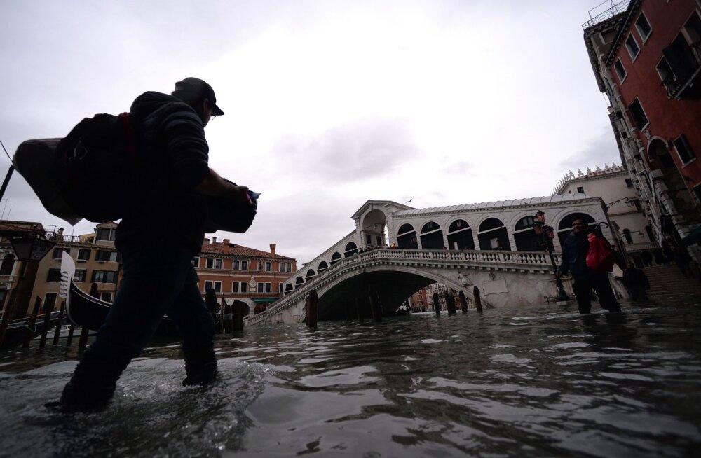 Veneetsia taastub üleujutustest, paludes maailma abi miljonitesse eurodesse ulatuvate kahjude korvamiseks