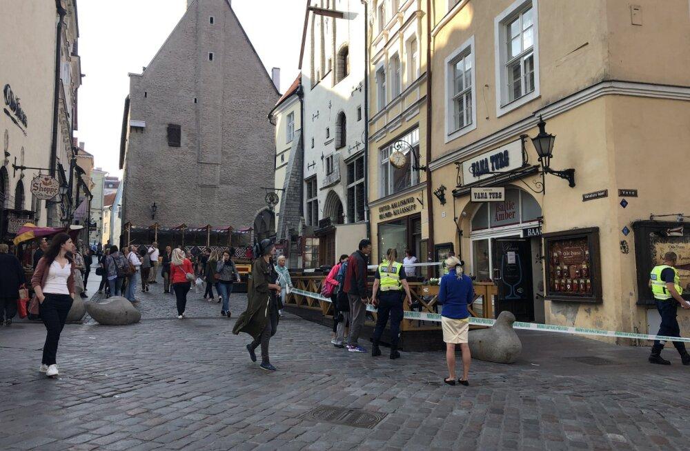 FOTO SÜNDMUSKOHALT | Tallinna vanalinnas kukkus jalutajale pähe aknast alla kukkunud ese