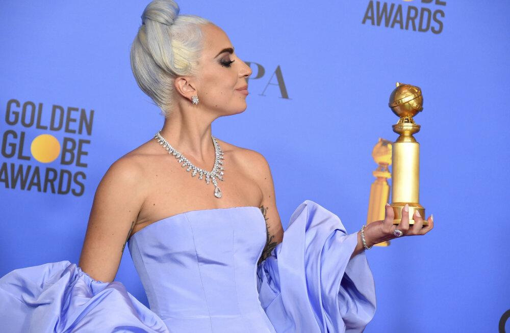 FOTOD | Tähtsast Kuldgloobusest ilma jäänud Lady Gaga saabus punasele vaibale pealaest jalatallani sinises
