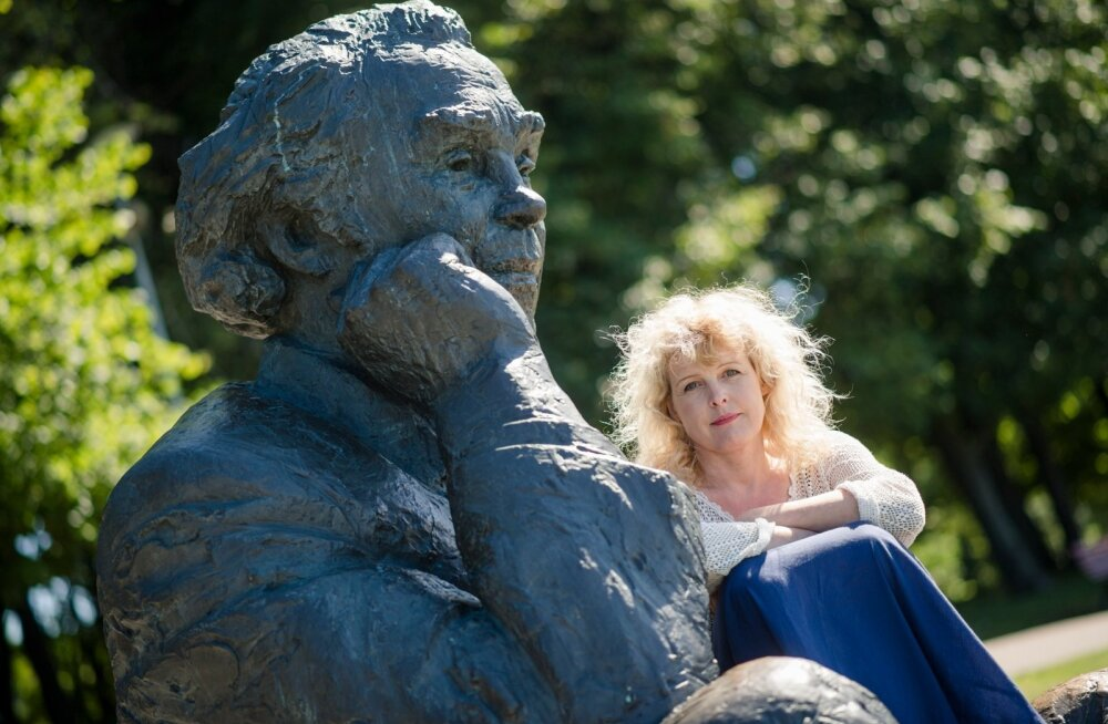 Gustav Ernesaksa lapselaps Pille Ernesaks vanaisa skulptuuri juures lauluväjakul.
