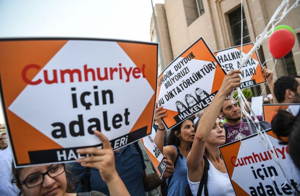 Суд над журналистами Cumhuriyet: что происходит в Турции со СМИ?