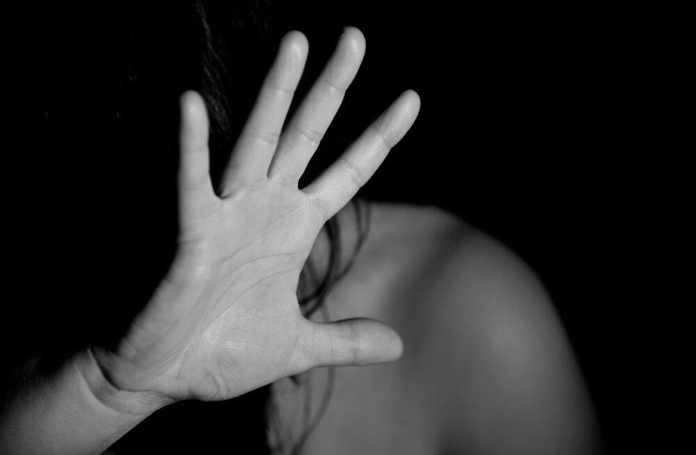 Naine vägivaldsest abikaasast: laks mu põsele oli nagu püssipauk ja kukkusin kõvale plaatpõrandale