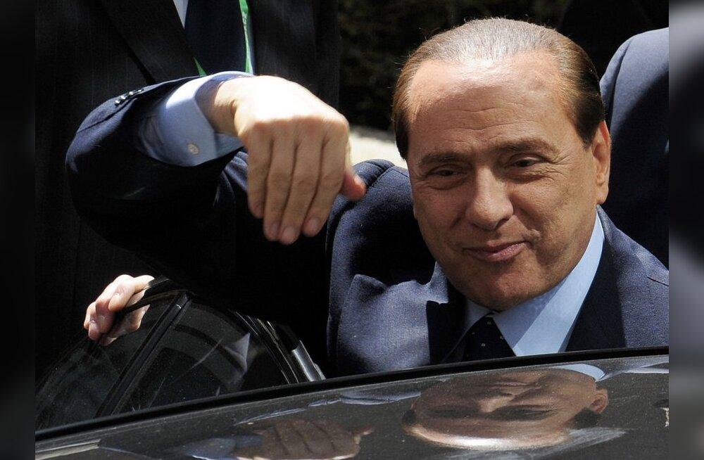 Kaheksale inimesele esitati süüdistus Berlusconile lõbutüdrukute kupeldamise eest