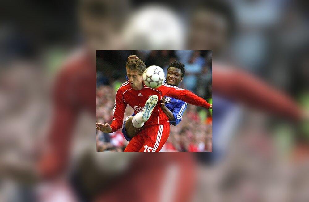 Chelsea mängija John Obi Mikel ja Liverpooli Peter Crouch (vasakul)