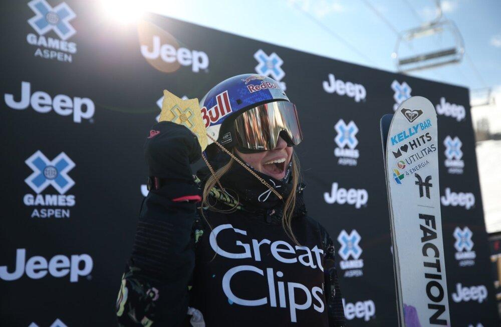 Kelly Sildaru rõõmustamas pargisõidu kuldmedali üle.