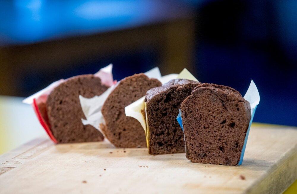 Kui nisujahust valmistatud muffinid tulid ahjust tumeda ja šokolaadisena, siis heledad ja tihked gluteenivabad muffinid lausa janunesid tee- või kohvilonksu järele.